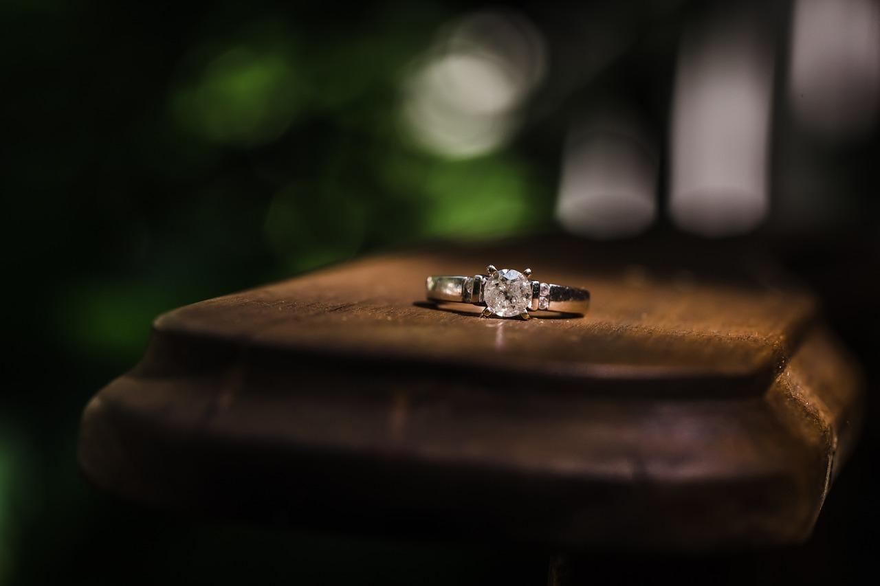 טבעת אירוסין על שולחן